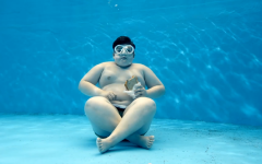 """""""Řízek"""" šmíruje děvčata pod vodou – ponořte se do toho s ním!"""